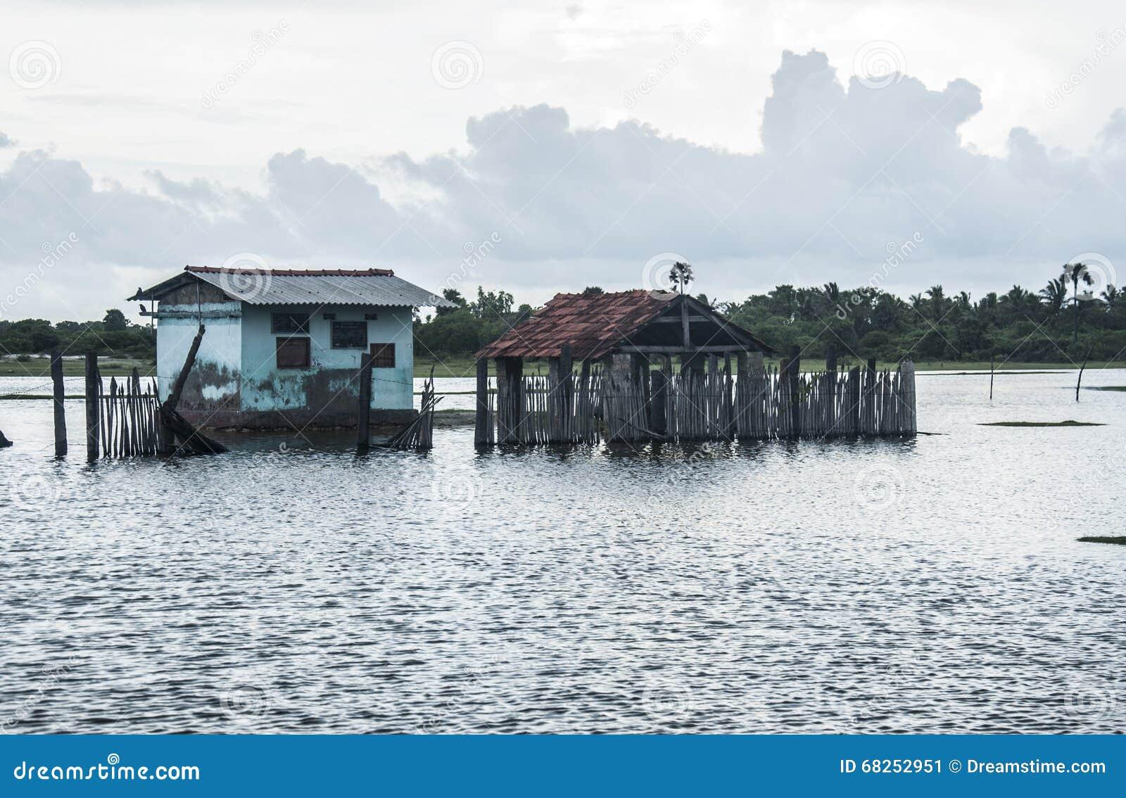 India dom zanurzający w powodziach