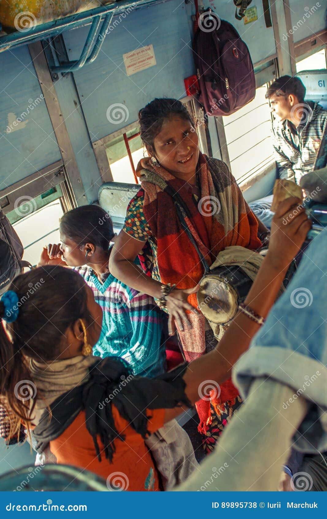 INDIA - GRUDNIA 2012 kobiet muzyka Niezidentyfikowani wykonawcy śpiewa piosenki i bawić się bębnią dla pasażerów wśrodku indianin