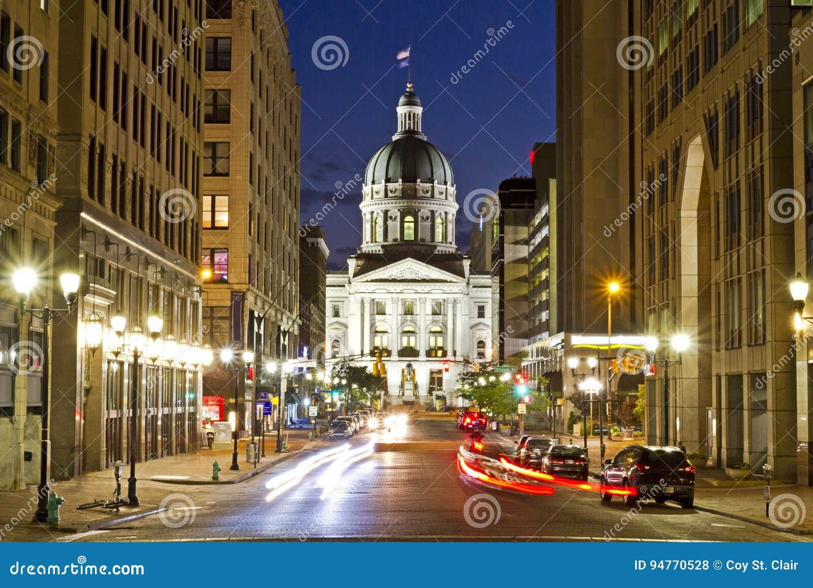 Indiana statehouse przy nocą z ruchliwymi ulicami i życiem nocnym