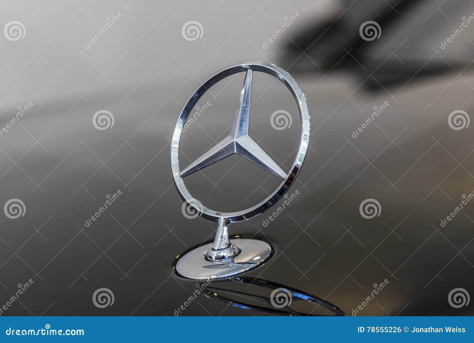 Download Indianapolis   Cerca Do Outubro De 2016: Mercedes Benz Standing  Star Hood Ornament As