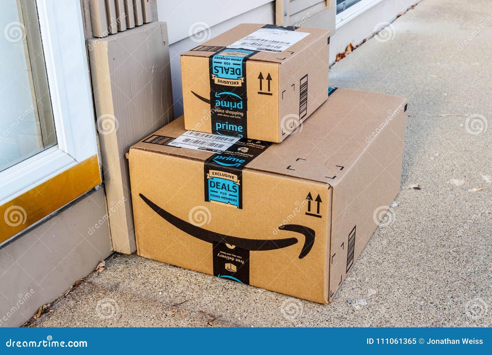 Indianapolis - circa febrero de 2018: Paquete del paquete de la prima del Amazonas amazon COM es un minorista en línea primero I