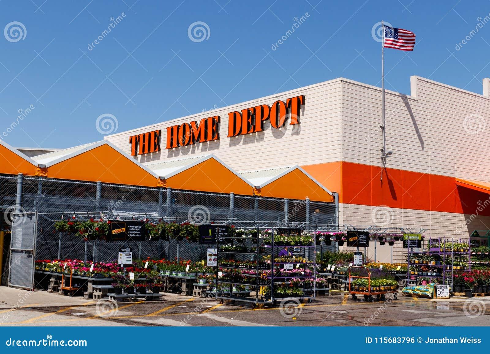 Indianapolis - circa maggio 2018: Posizione di Home Depot che batte la bandiera americana Home Depot è il più grande rivenditore