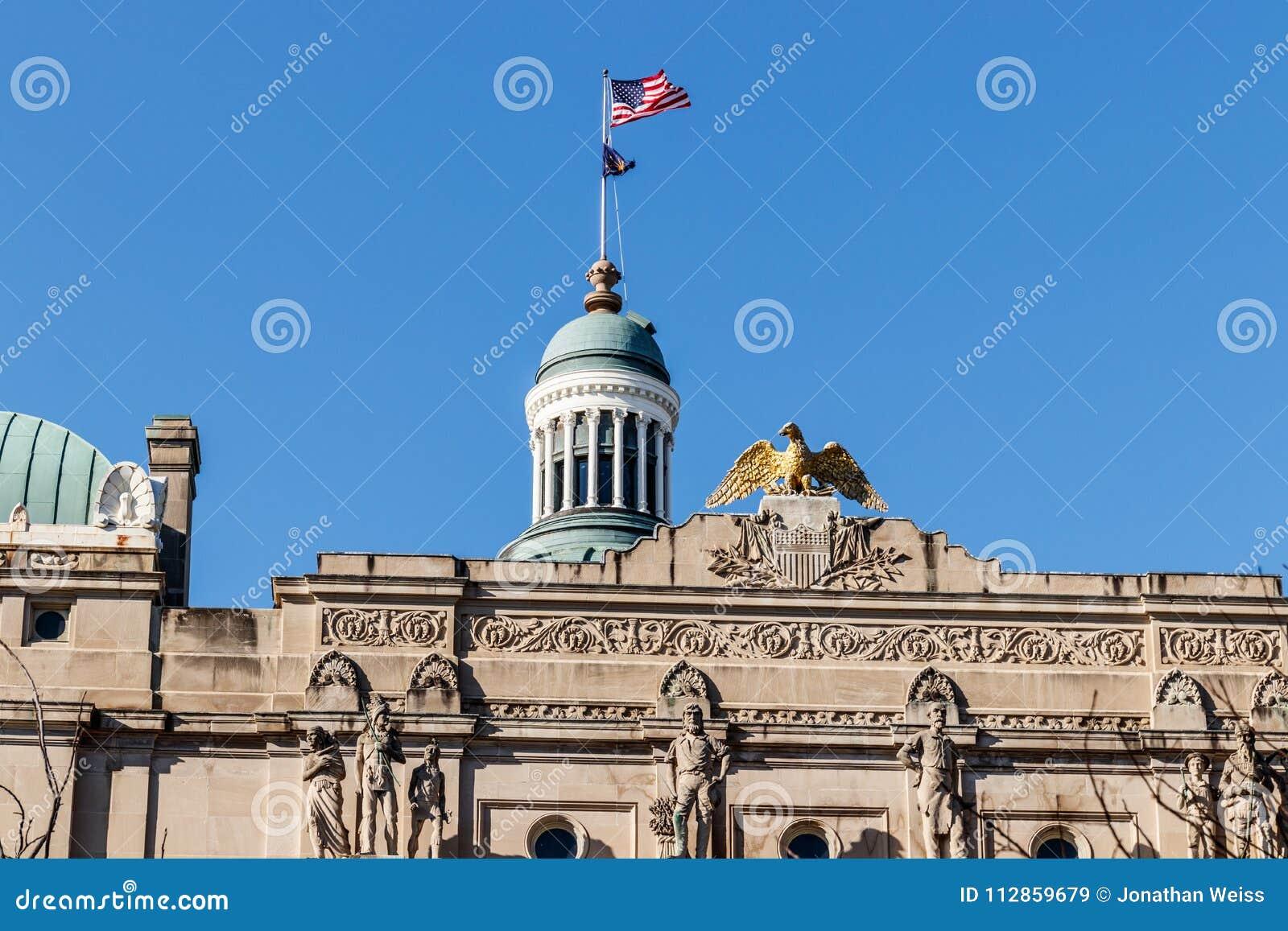Indianapolis - circa marzo de 2018: Oro Eagle encima de Indiana State House por la bóveda III del capitolio