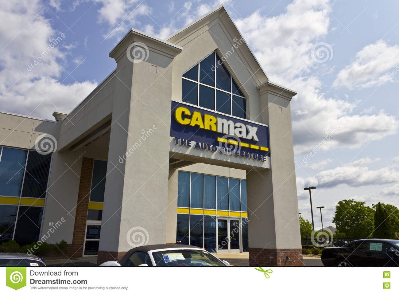 Indianapolis - Circa May 2016: CarMax Auto Dealership IV