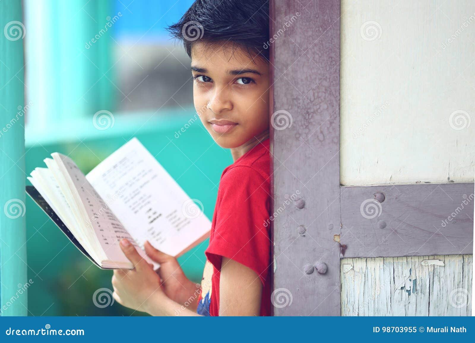 Indiano Little Boy com livro de texto