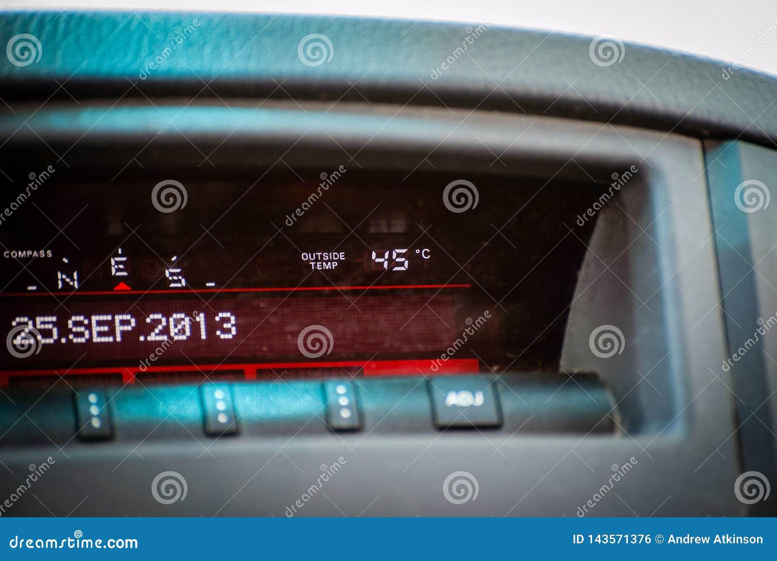 Indicador de la temperatura en el coche que lee 45 grados calientes celsius
