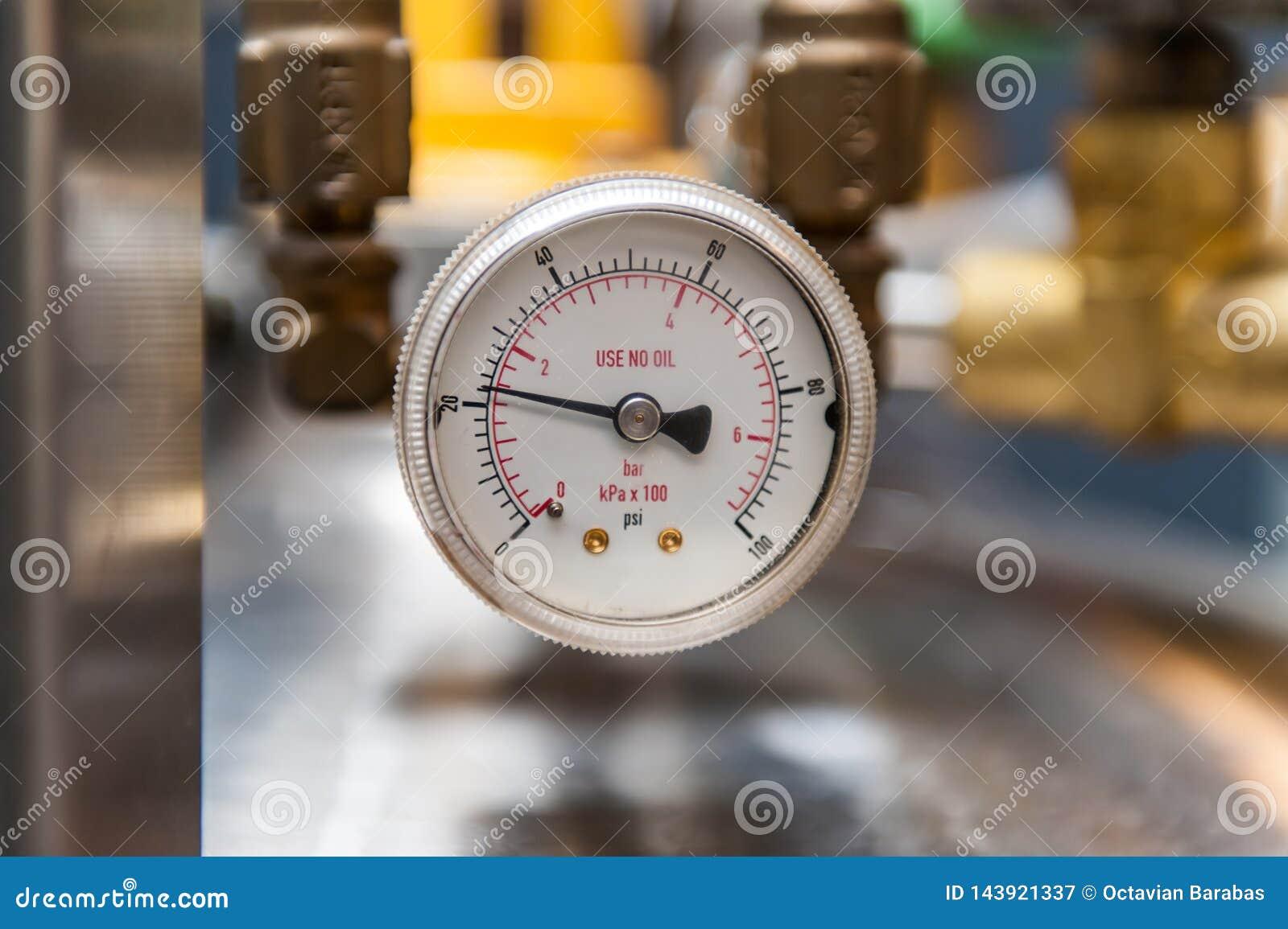 Indicador de presión en fondo borroso
