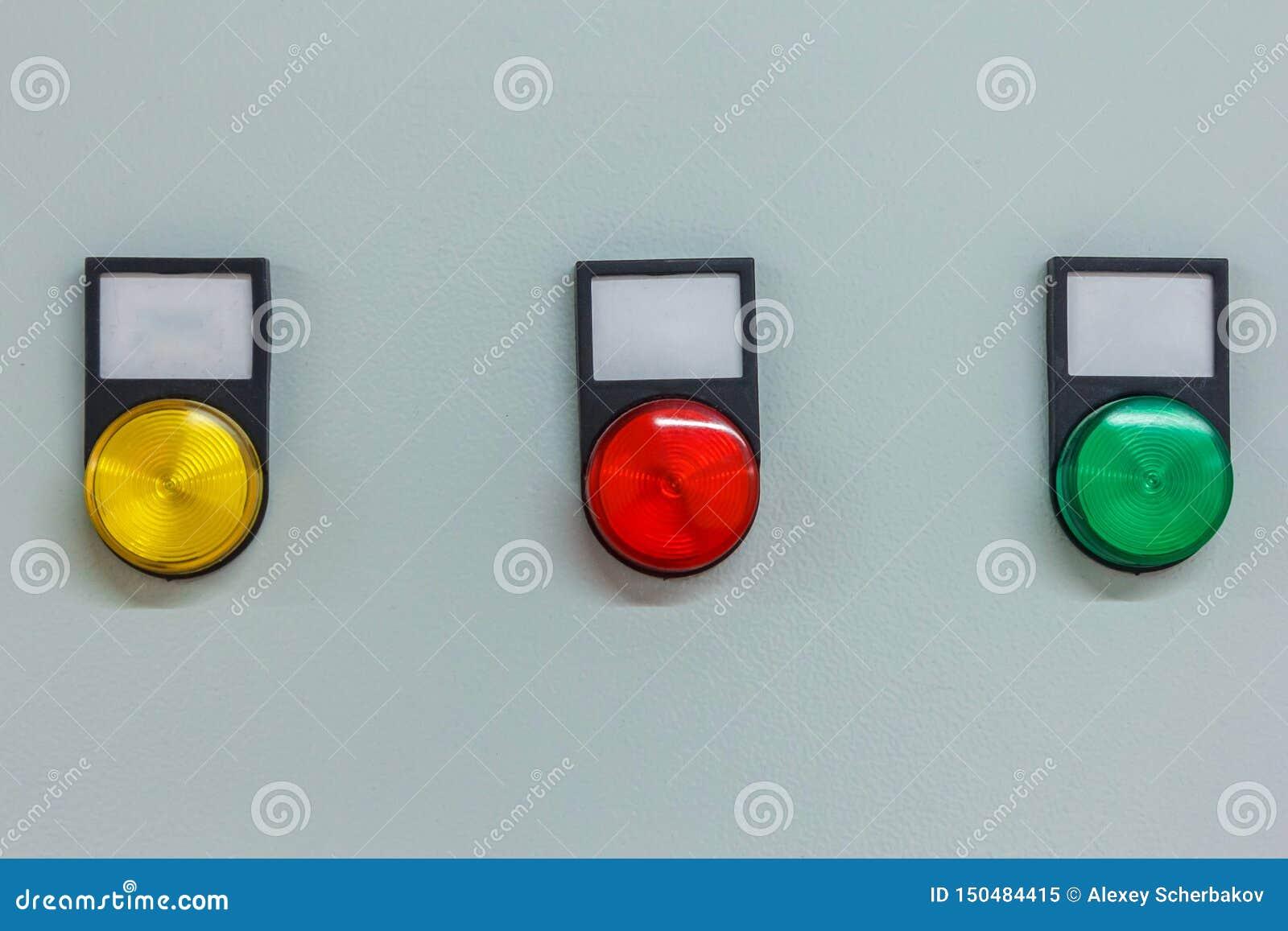 Indicadores coloridos e botões luminosos no painel de instrumento