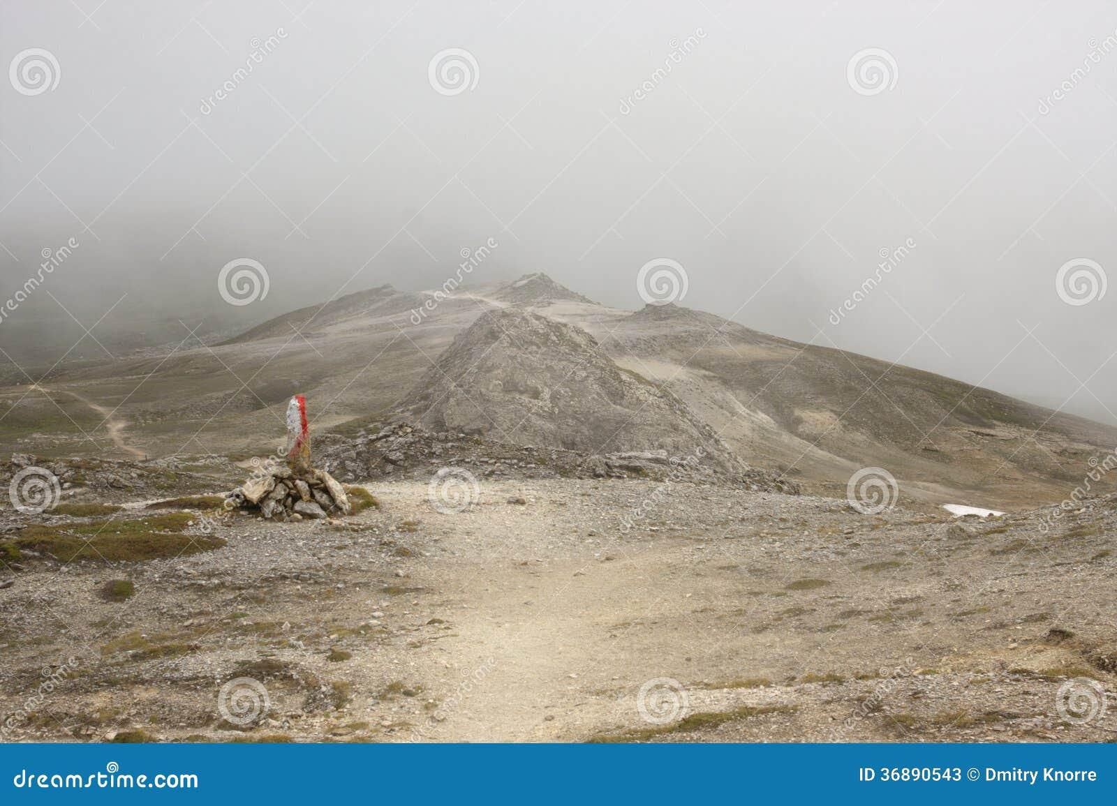 Download Indicatore Del Percorso Della Montagna Immagine Stock - Immagine di hiking, contrassegno: 36890543