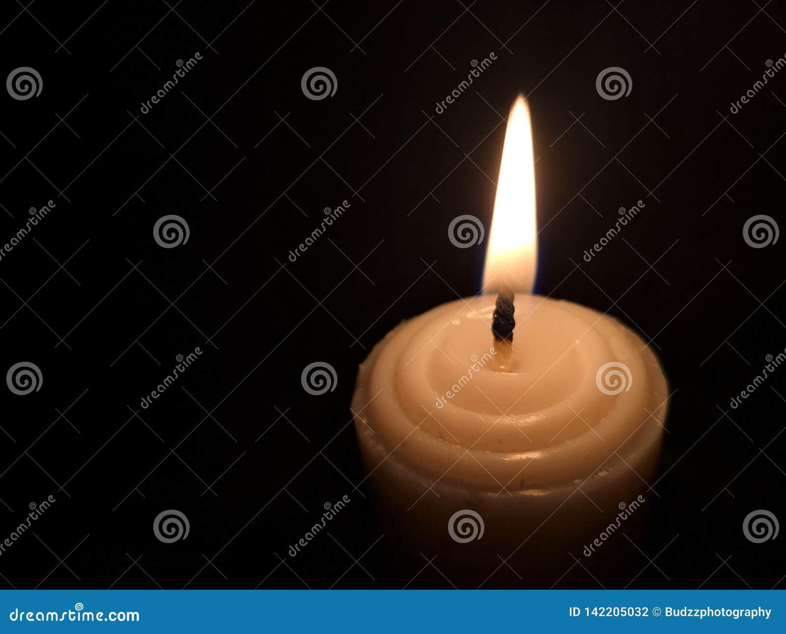 Indicatore luminoso della candela nello scuro Varia luminosità da fuoco Nessun vento Copi lo spazio