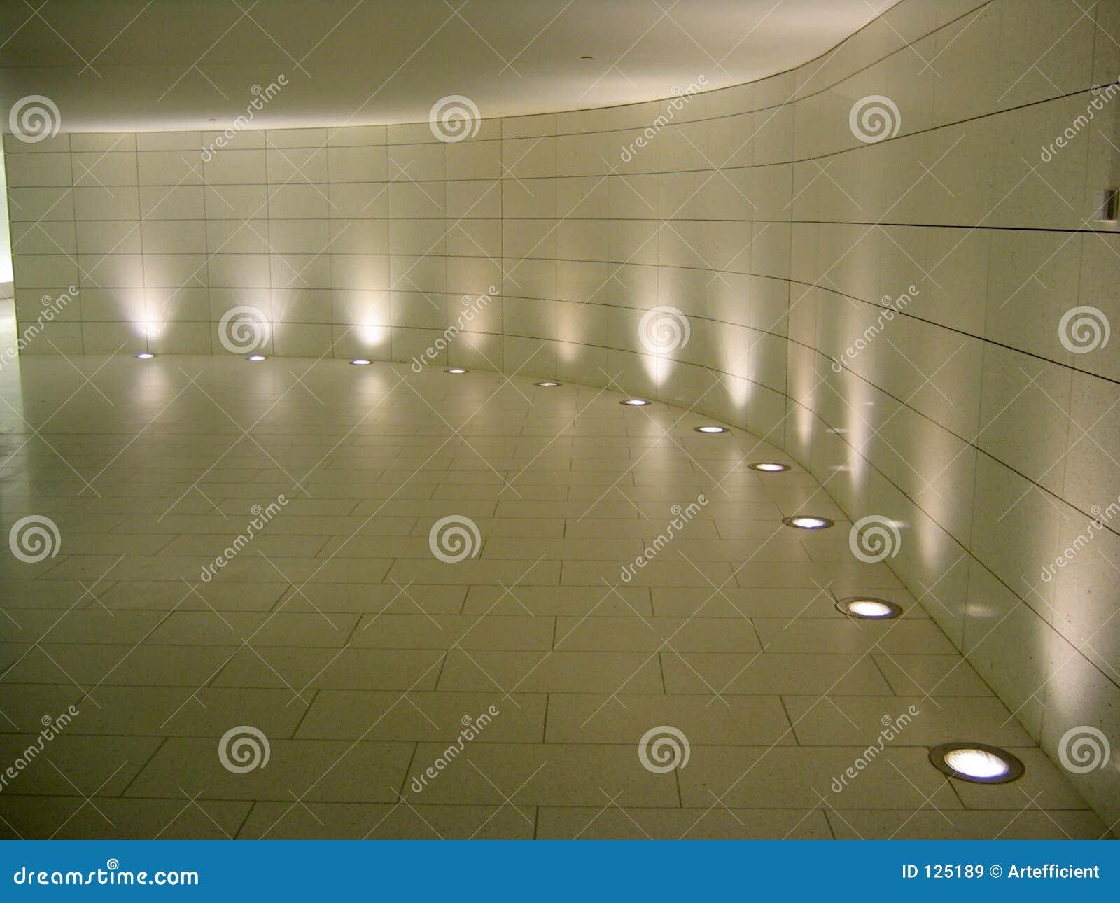 Indicatori luminosi del pavimento nel corridoio sotterraneo