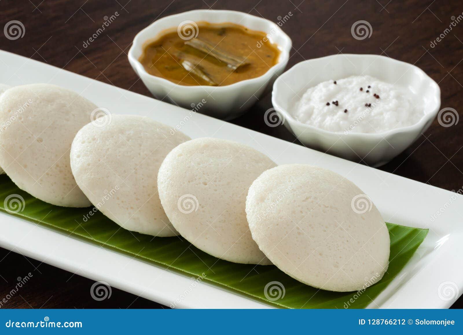 Indien oisif avec le chutney et le sambar