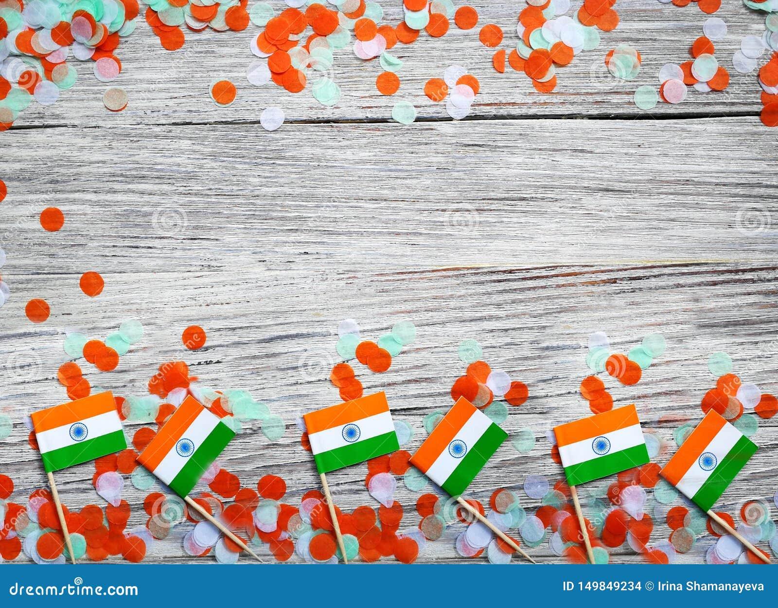 Indien självständighetsdagen 15 Augusti, Indien mini- flaggor med orange för färger för konfettier tre grön och vitt, på vitt lan