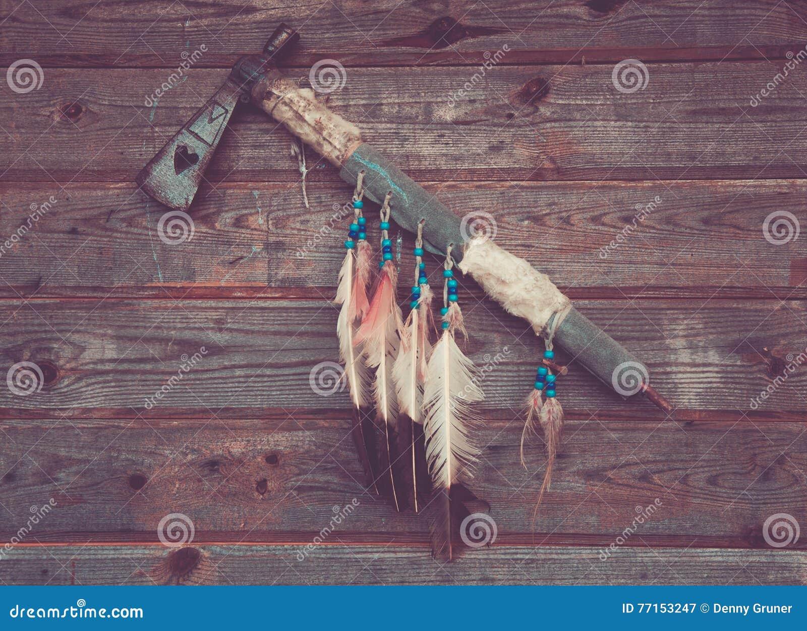 Indiens de hache sur un mur en bois
