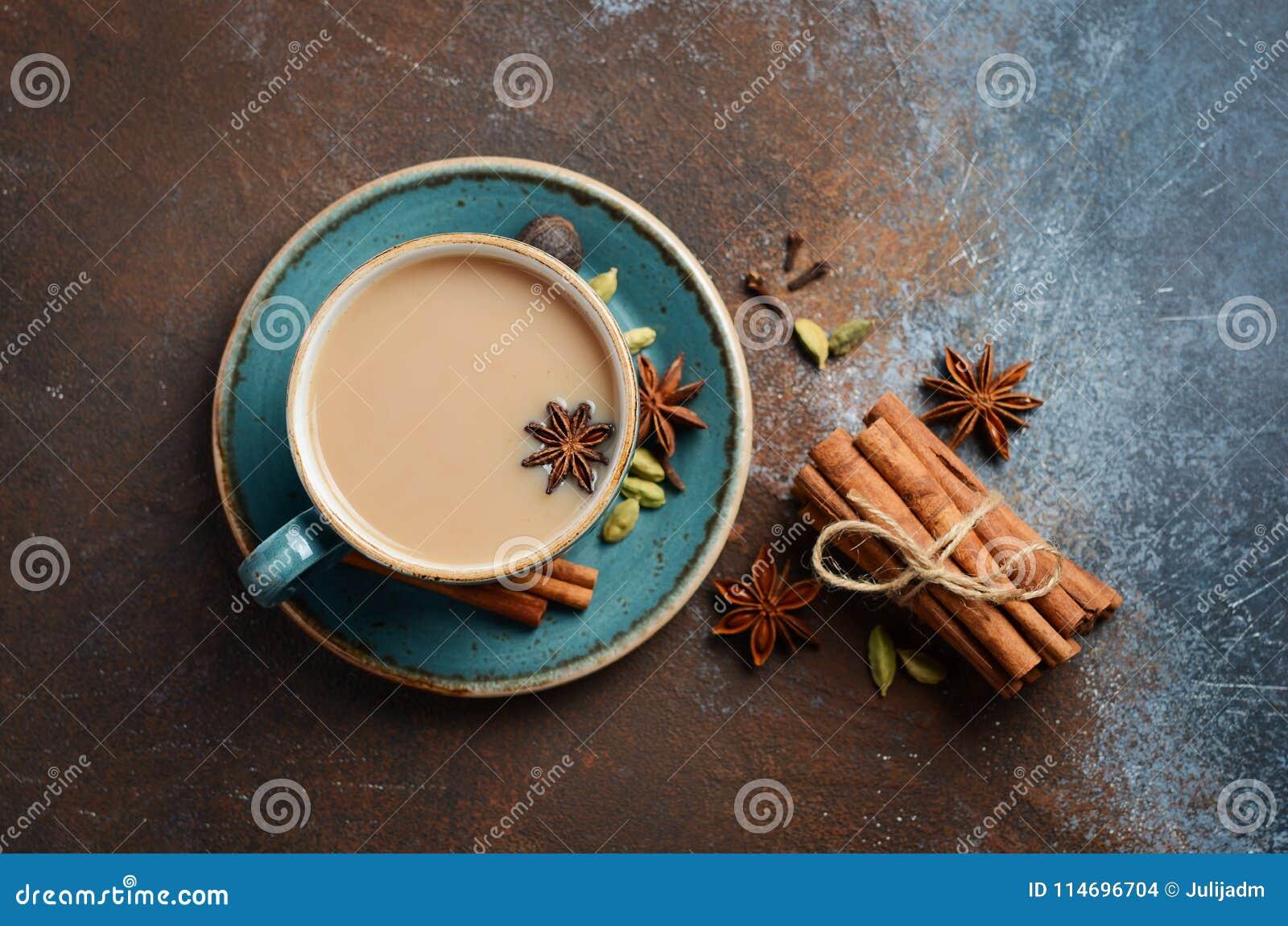 Indier Masala Chai Tea Kryddat te med mjölkar på mörk rostig bakgrund