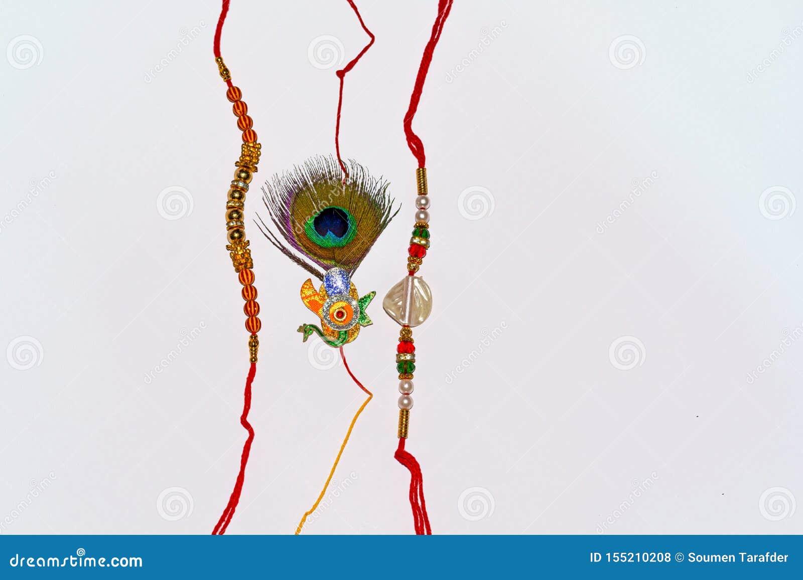 Indisch traditioneel festival Raksha Bandhan, Elegante Rakhi over wit geïsoleerde achtergrond