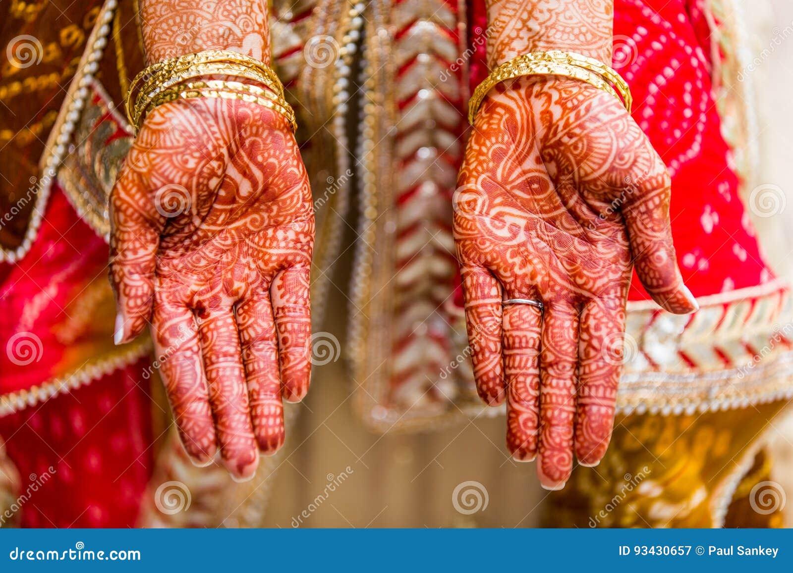 Indische Braut Mit Dem Hennastrauch Gemalt Auf Arm Und Händen