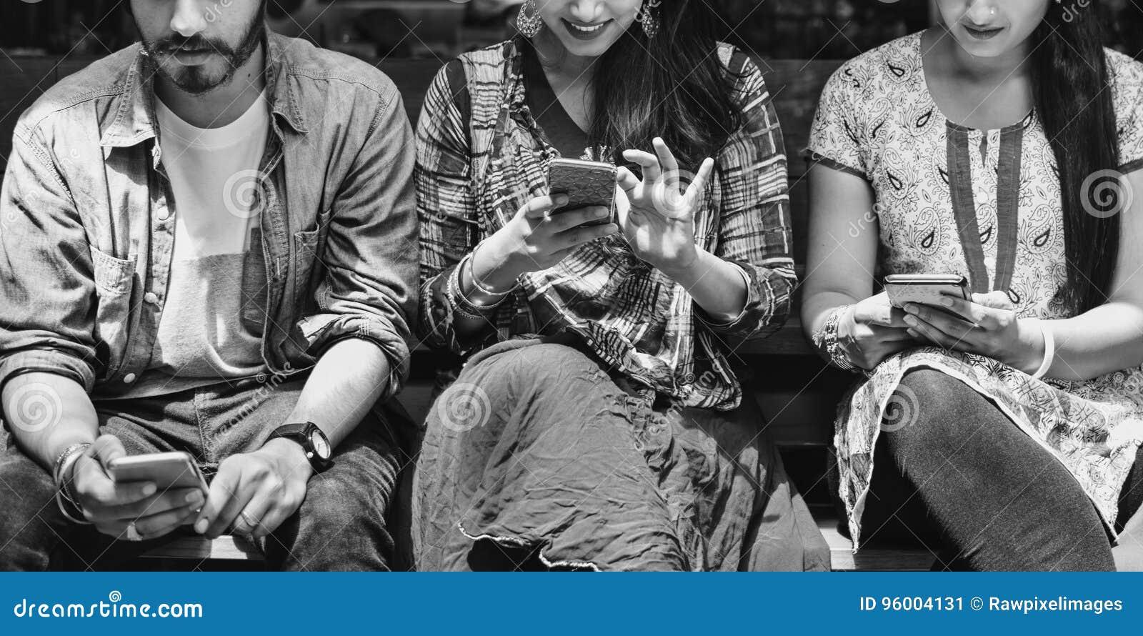 Indische Ethnie-zufälliges nettes Freund-Mobile-Konzept