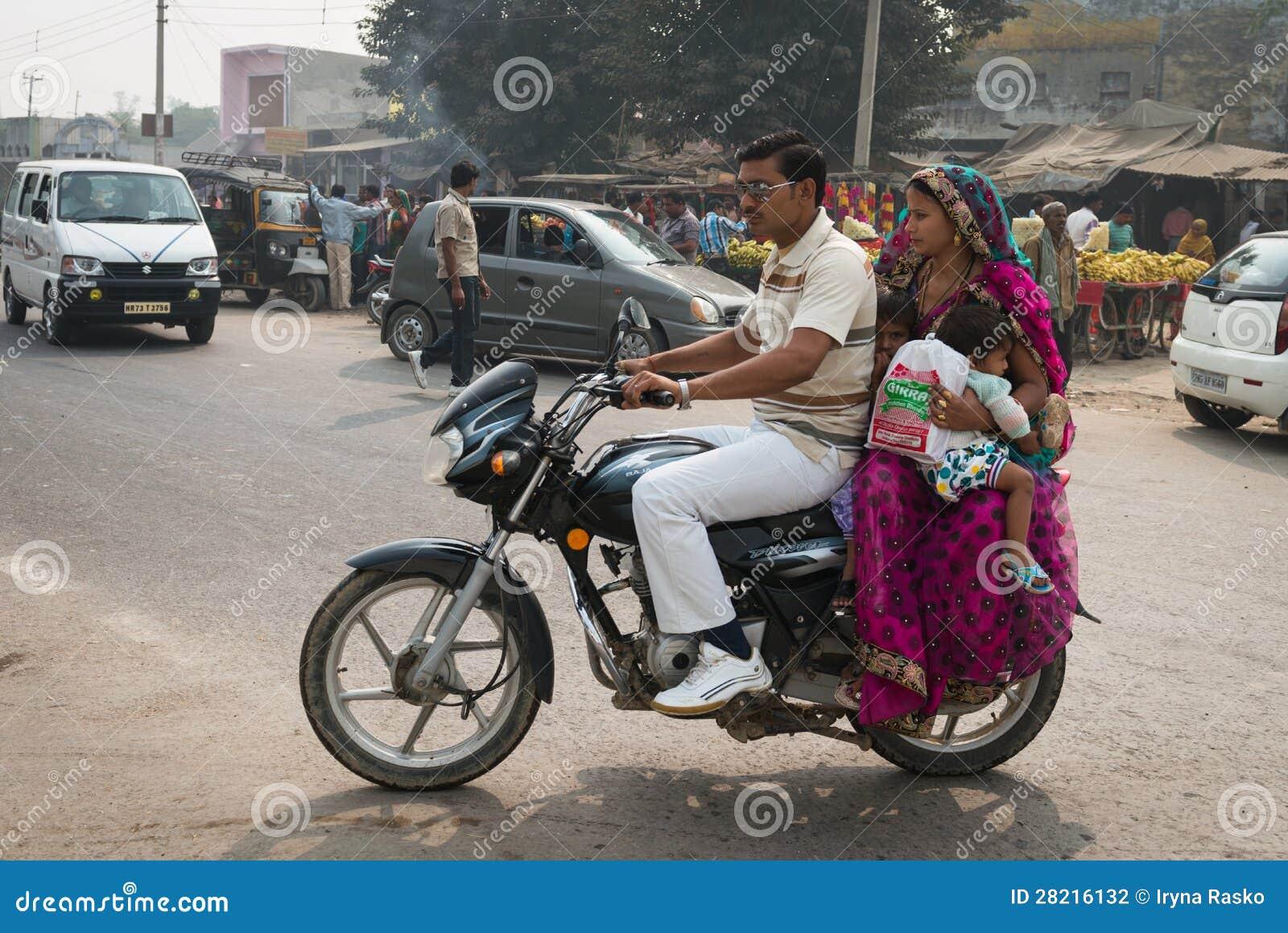 indische familie mit zwei kindern auf motorrad. Black Bedroom Furniture Sets. Home Design Ideas