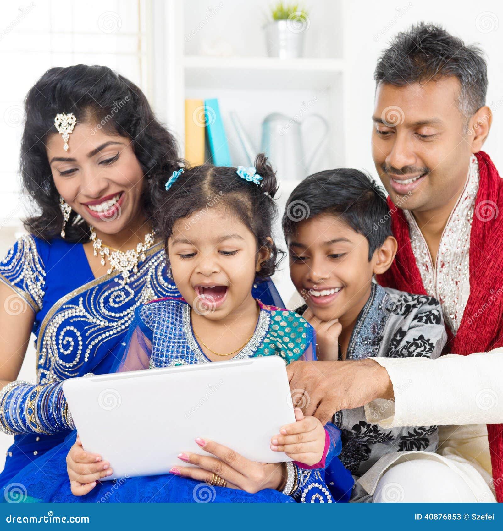 Indische Familie unter Verwendung der Digitalrechnertablette