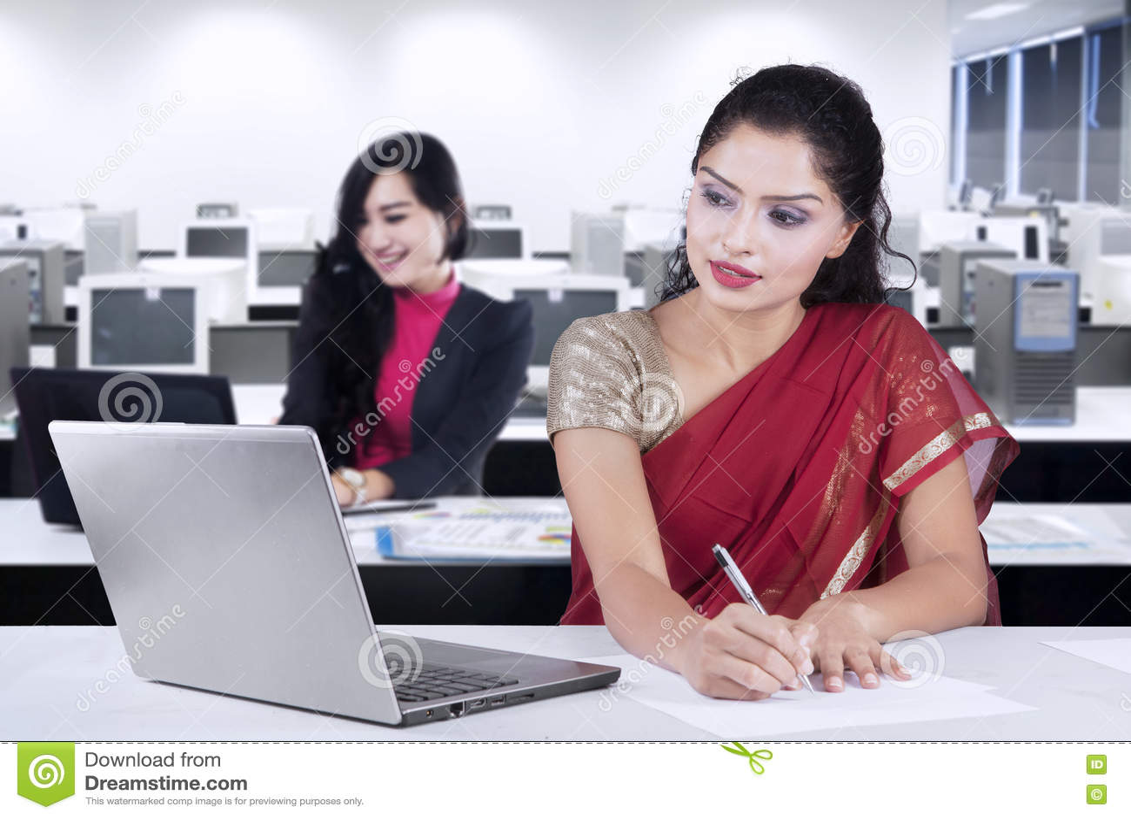Indische Frau Und Ihr Partner, Die Im Büro Arbeitet Stockbild - Bild ...