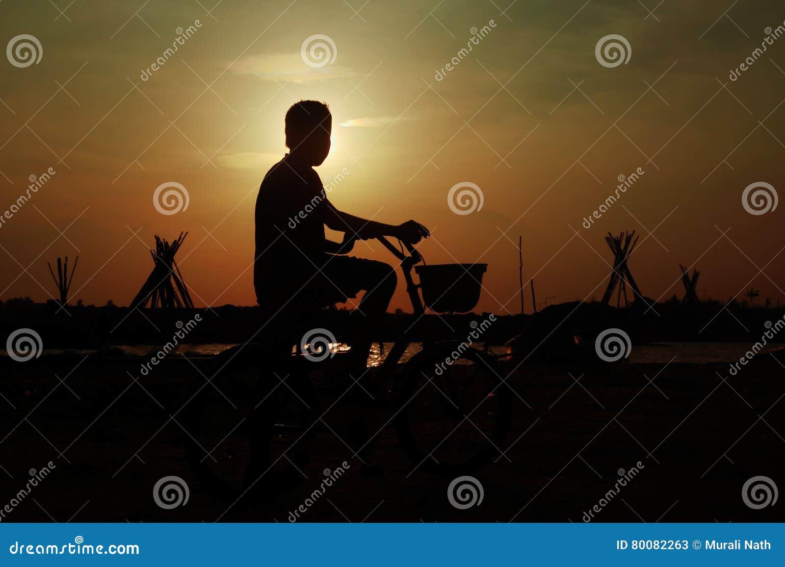 Indische Jongen met Cyclus