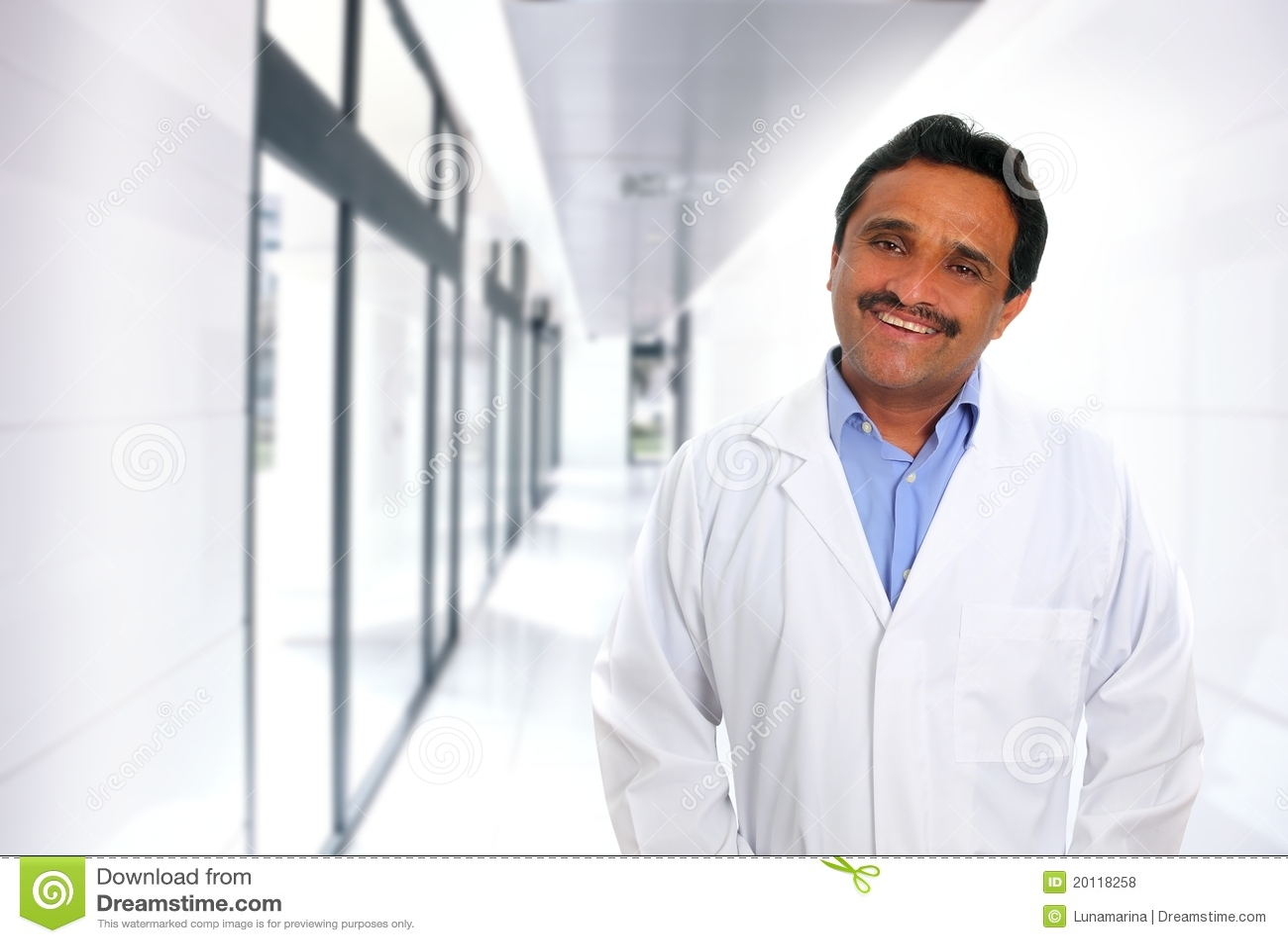 Indische Latijnse artsendeskundigheid die in het ziekenhuis glimlacht