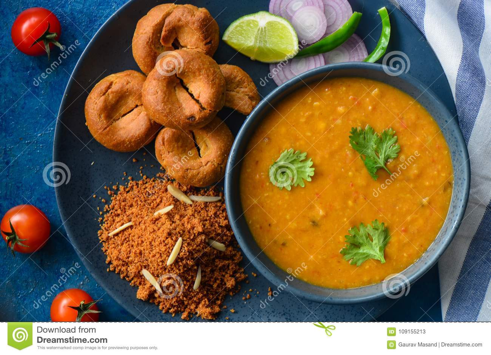 Indische maaltijd-Dal baatichurma