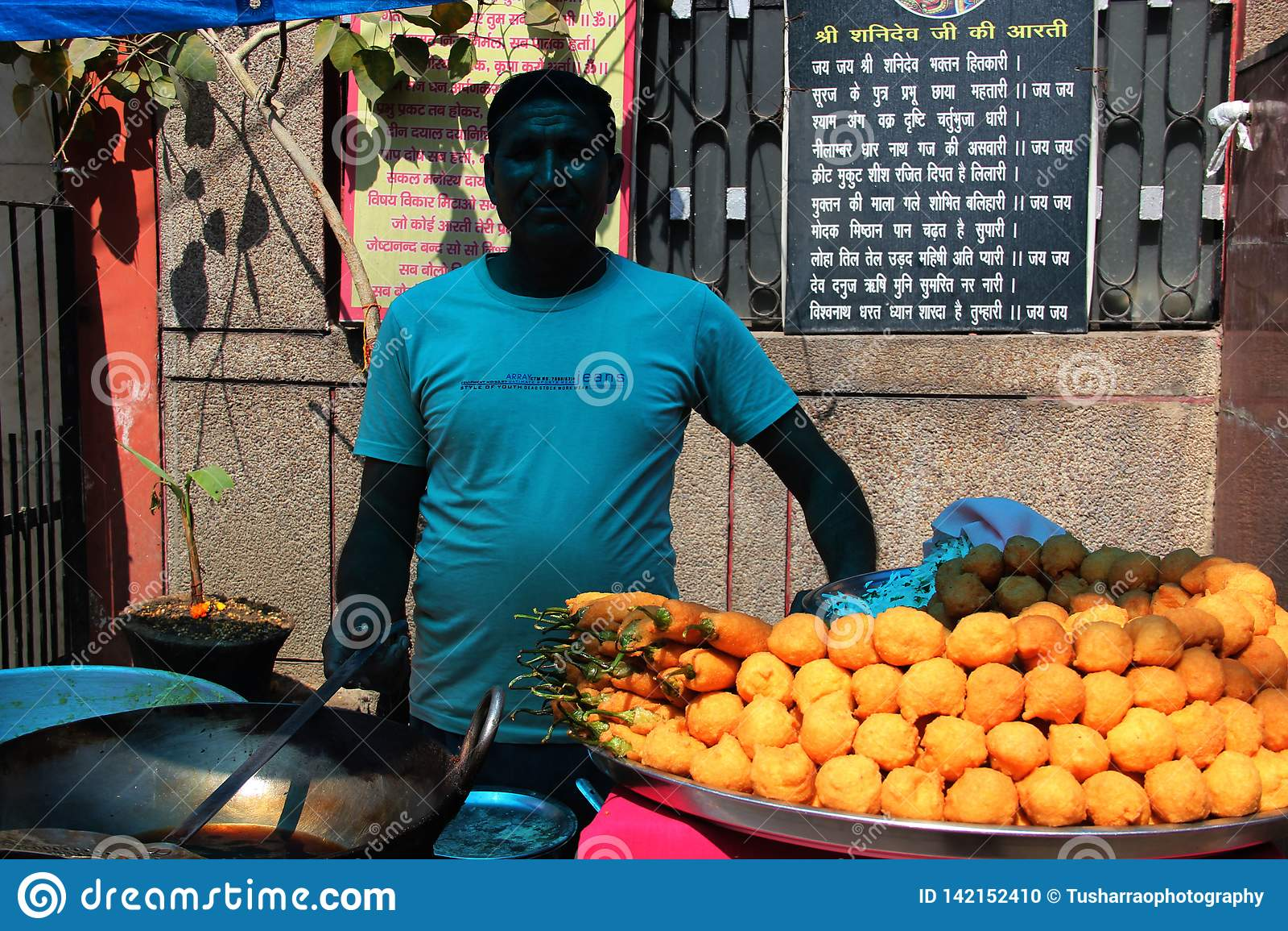 Indische Mann-Verkaufs-Straßen-Nahrung Pakoda