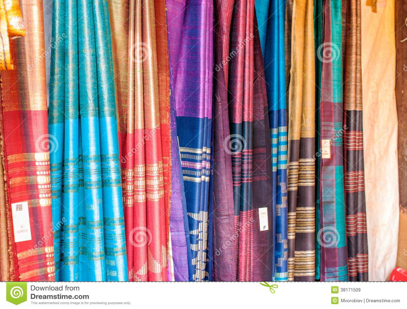 Indische sarees in een markt