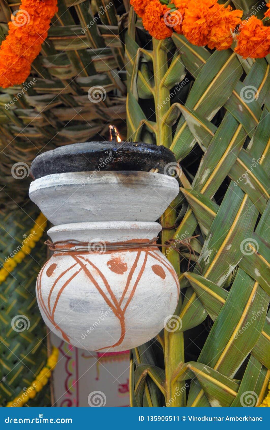 Indische traditionele lamp in het huwelijkshuis