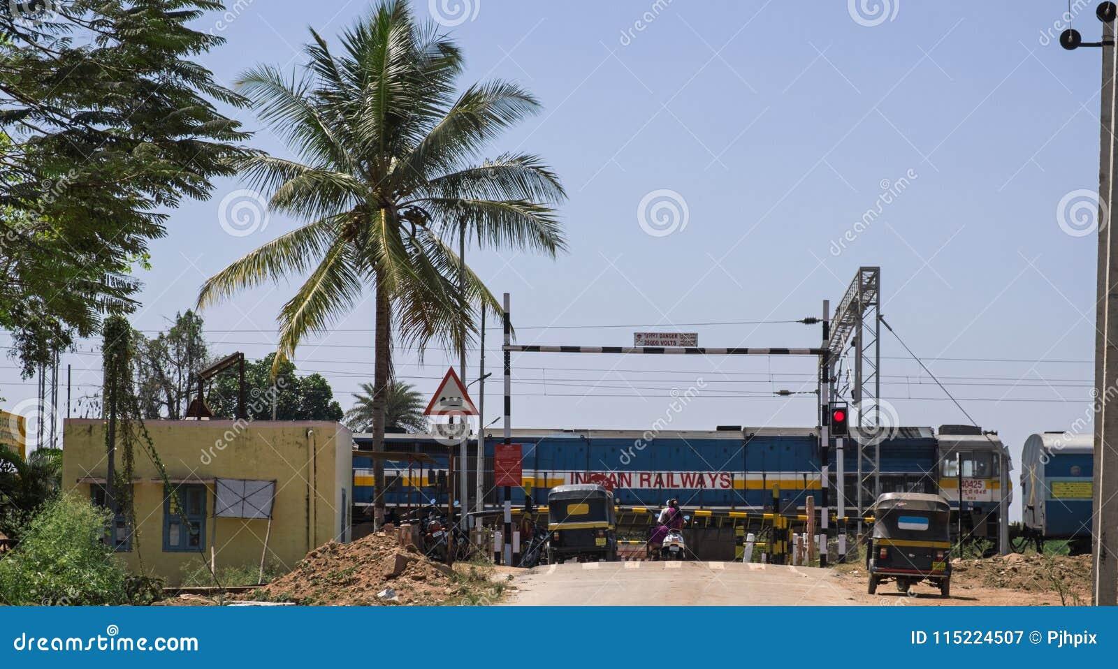 Indische trein die een spoorwegovergang overgaan