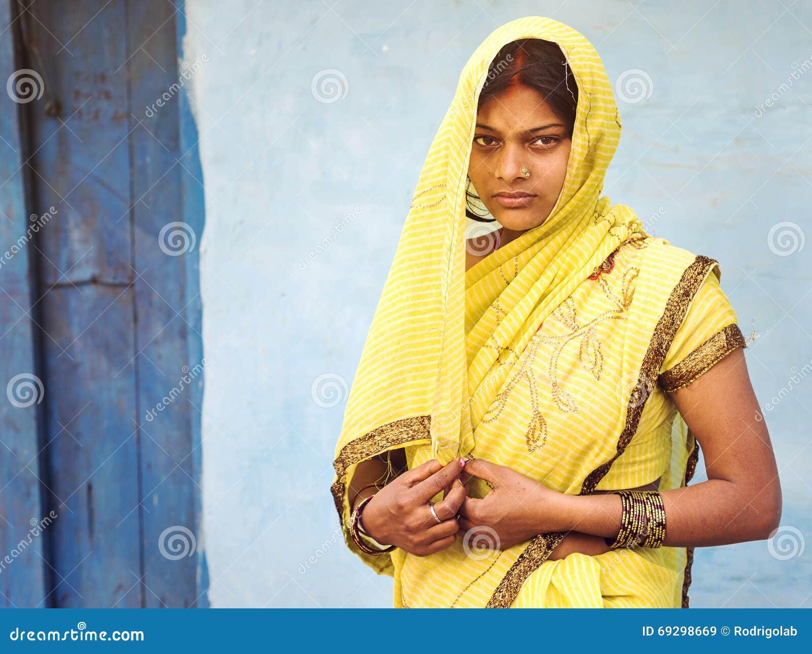 Indische Vrouw die Traditioneel Sari Dress dragen