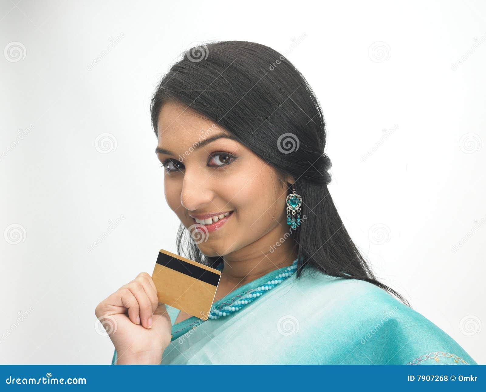 Indische vrouw met creditcard