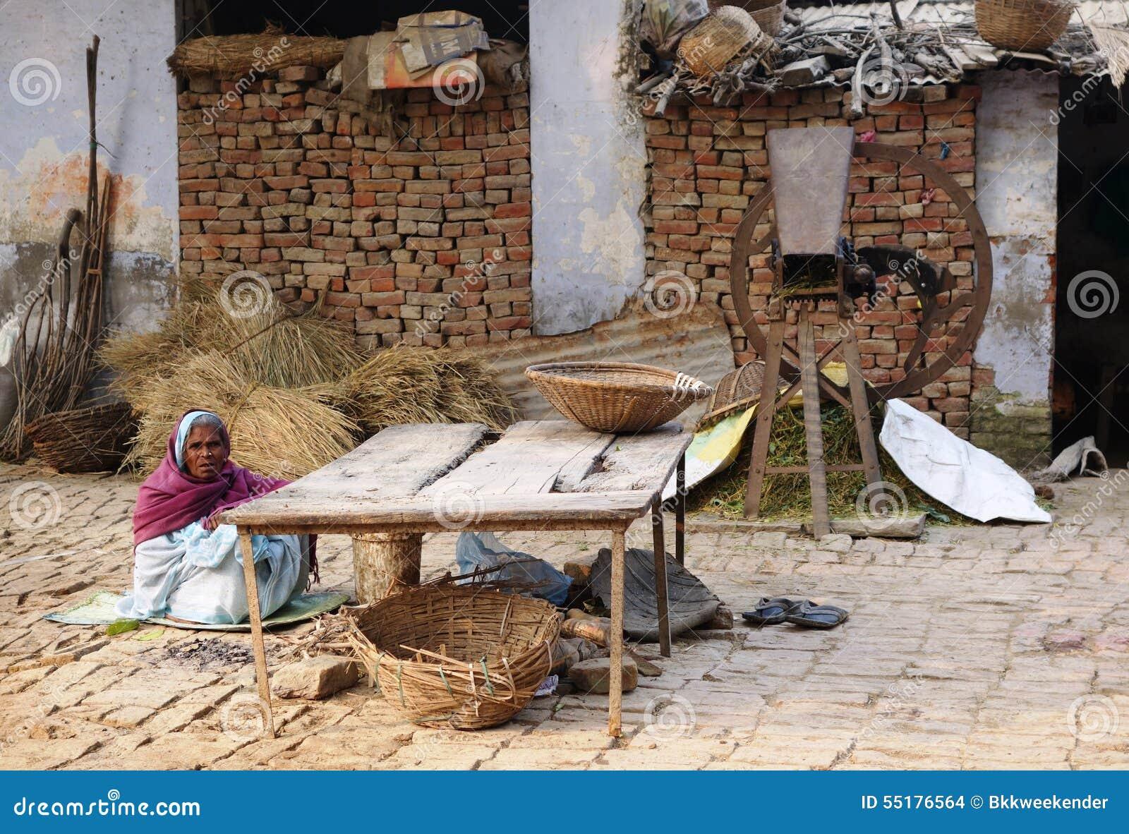 Indische vrouwenzitting voor haar huis