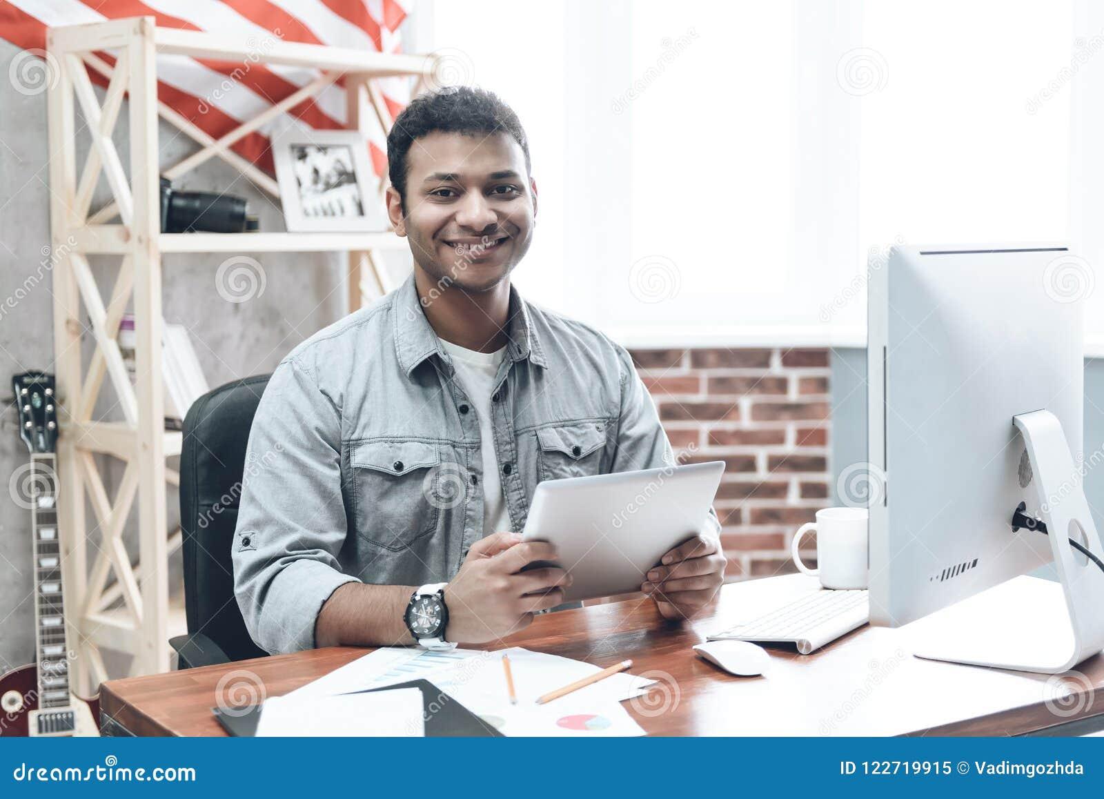 Indischer junger Geschäftsmann Work auf Computer auf Tabelle
