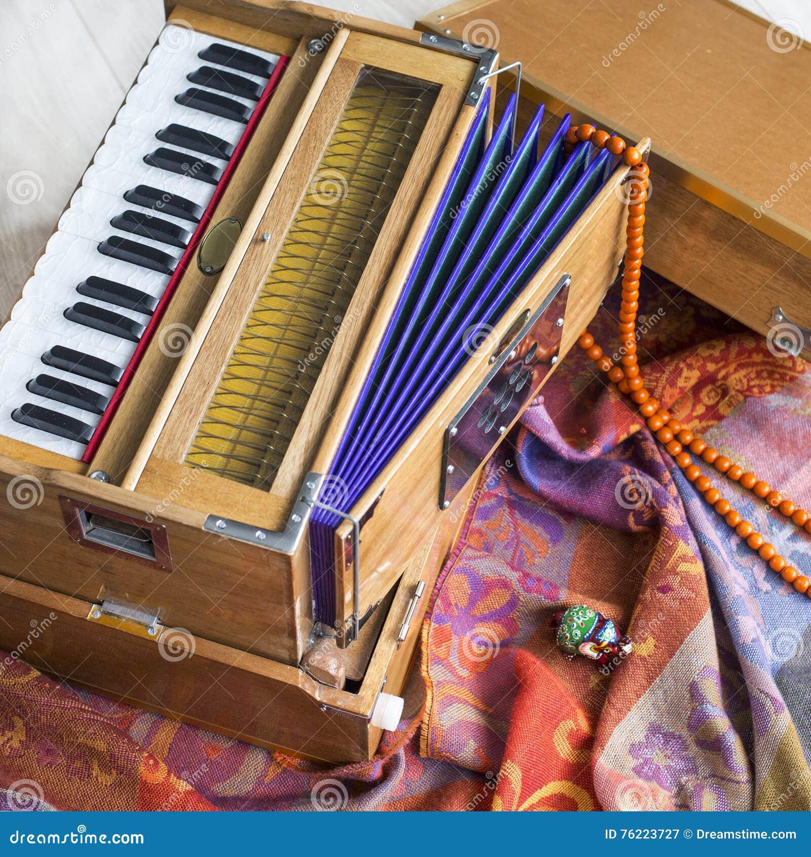 Indisches Harmonium, ein traditionelles hölzernes Tasteninstrument, Nahaufnahme