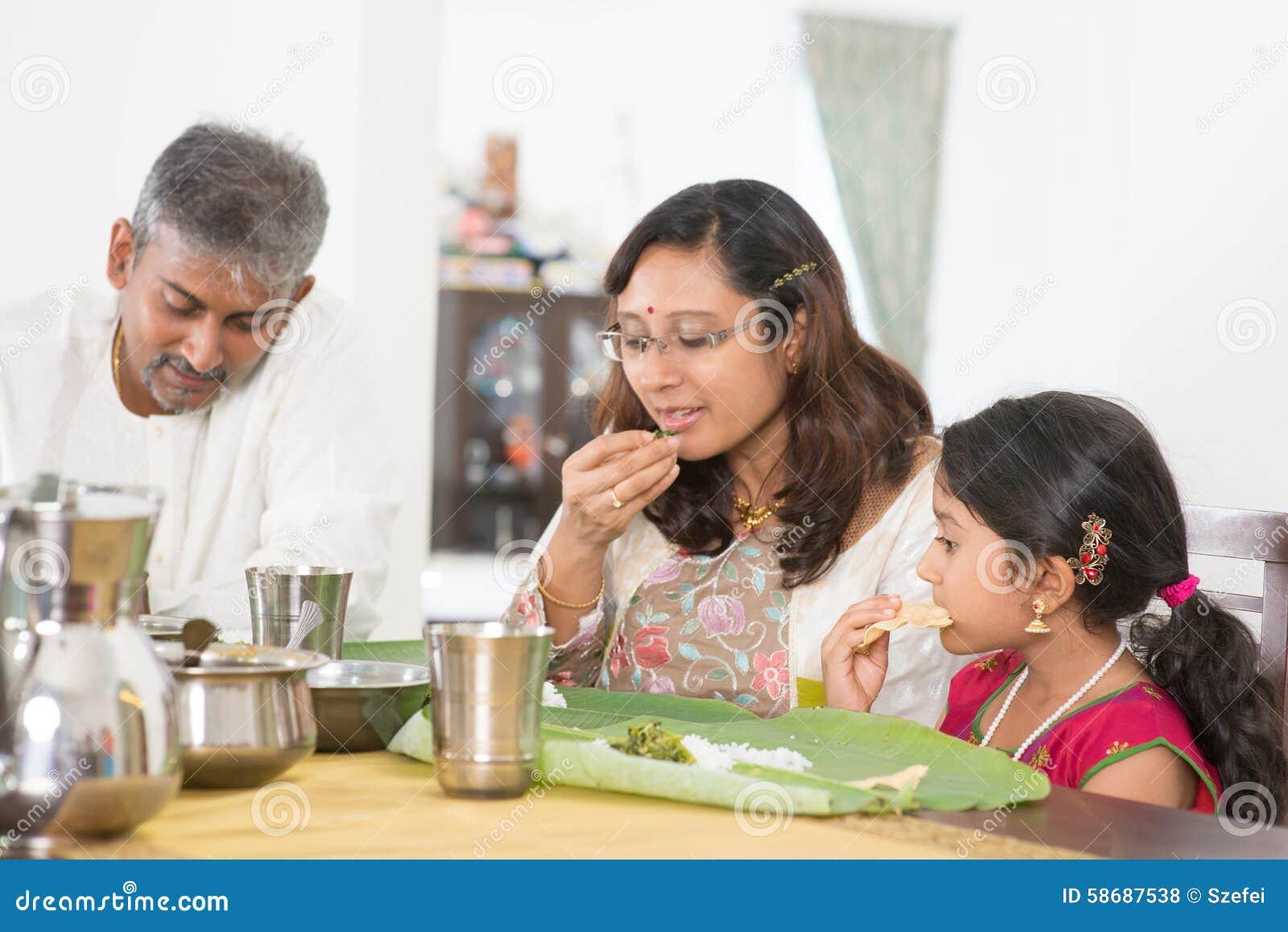 Indisk familj som äter bananbladris