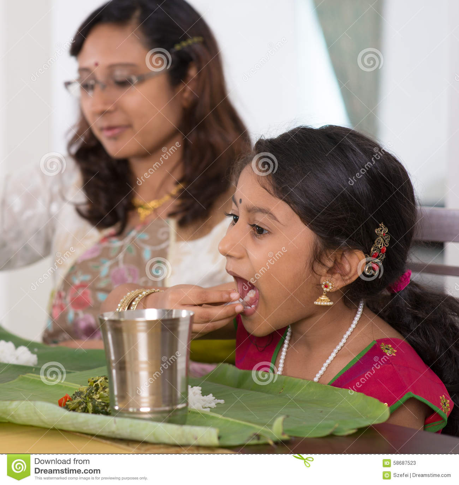 Indisk familj som hemma äter matställen