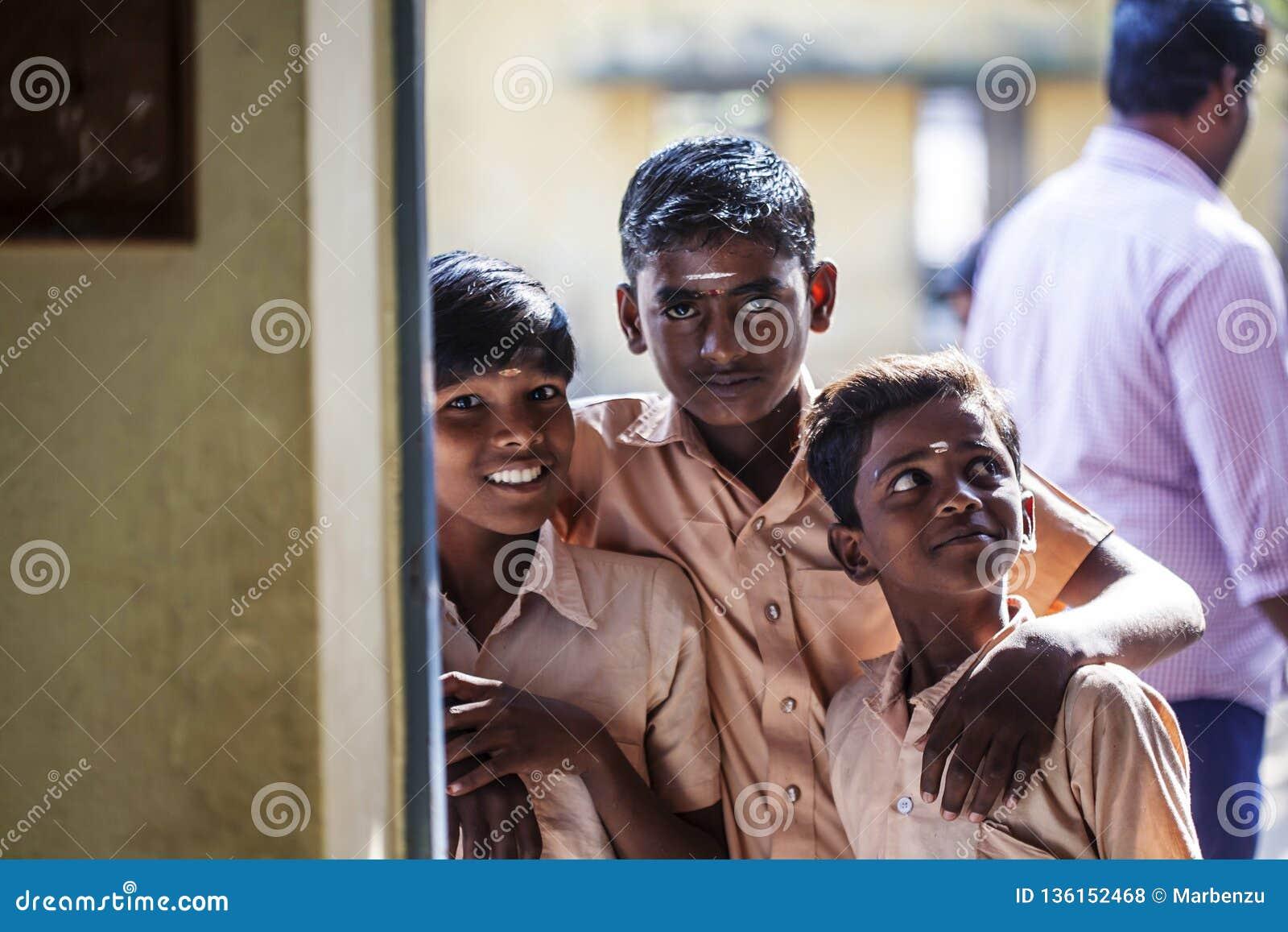 Indisk kommunal skola, barn i skolalikformig som hälsar ny dag