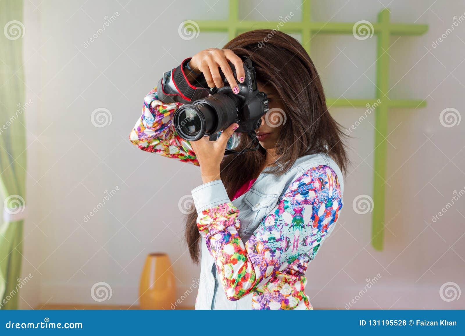 Indisk kvinnlig fotograf med DSLR-kameran
