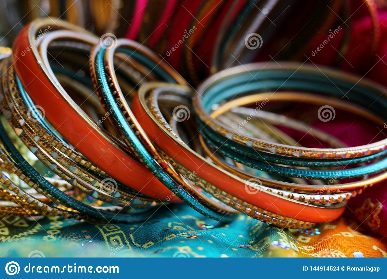 Indiska armband p? den h?rliga sjalen Indiskt mode