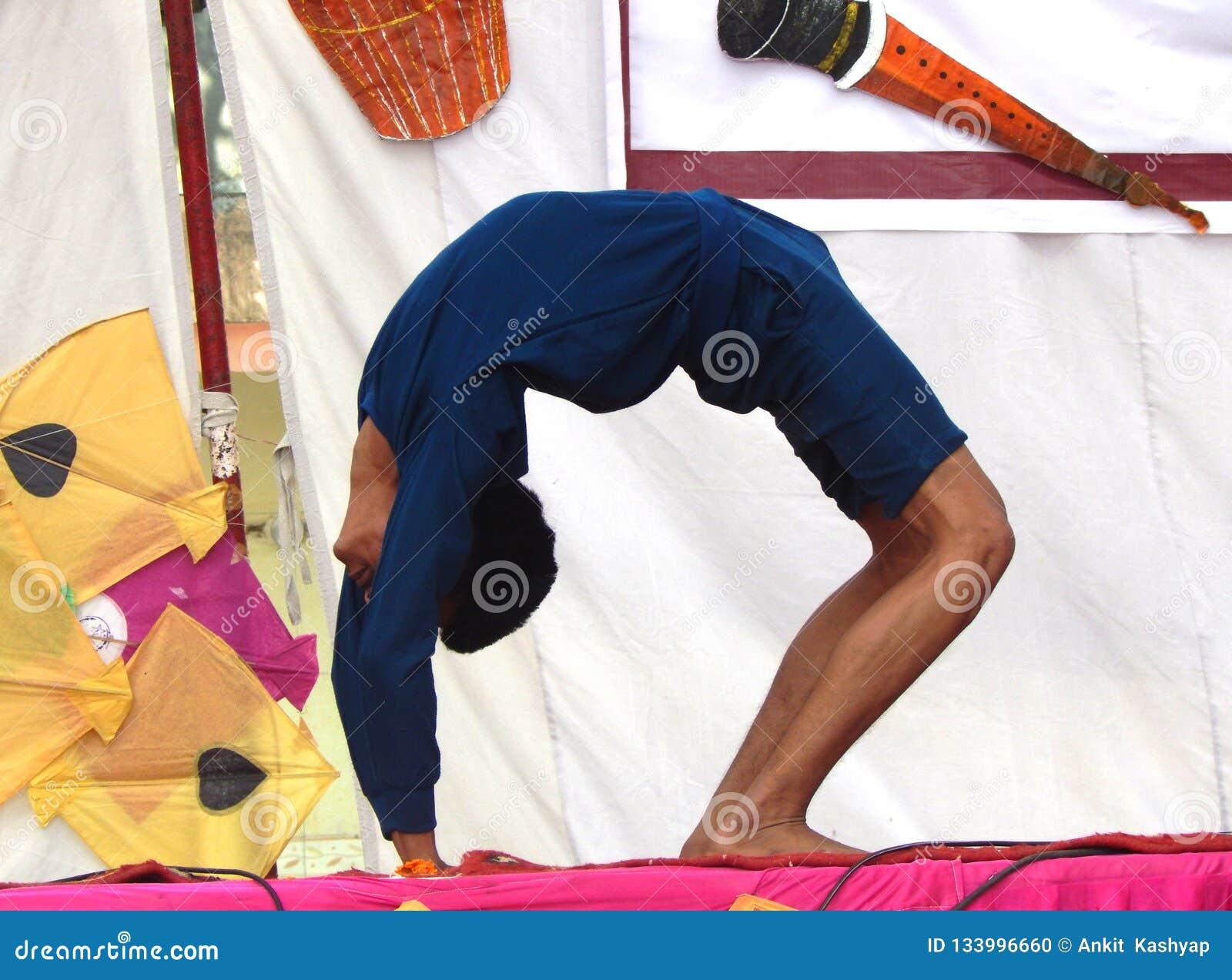 Indiskt utföra för pojke som är yogaasan på etapp