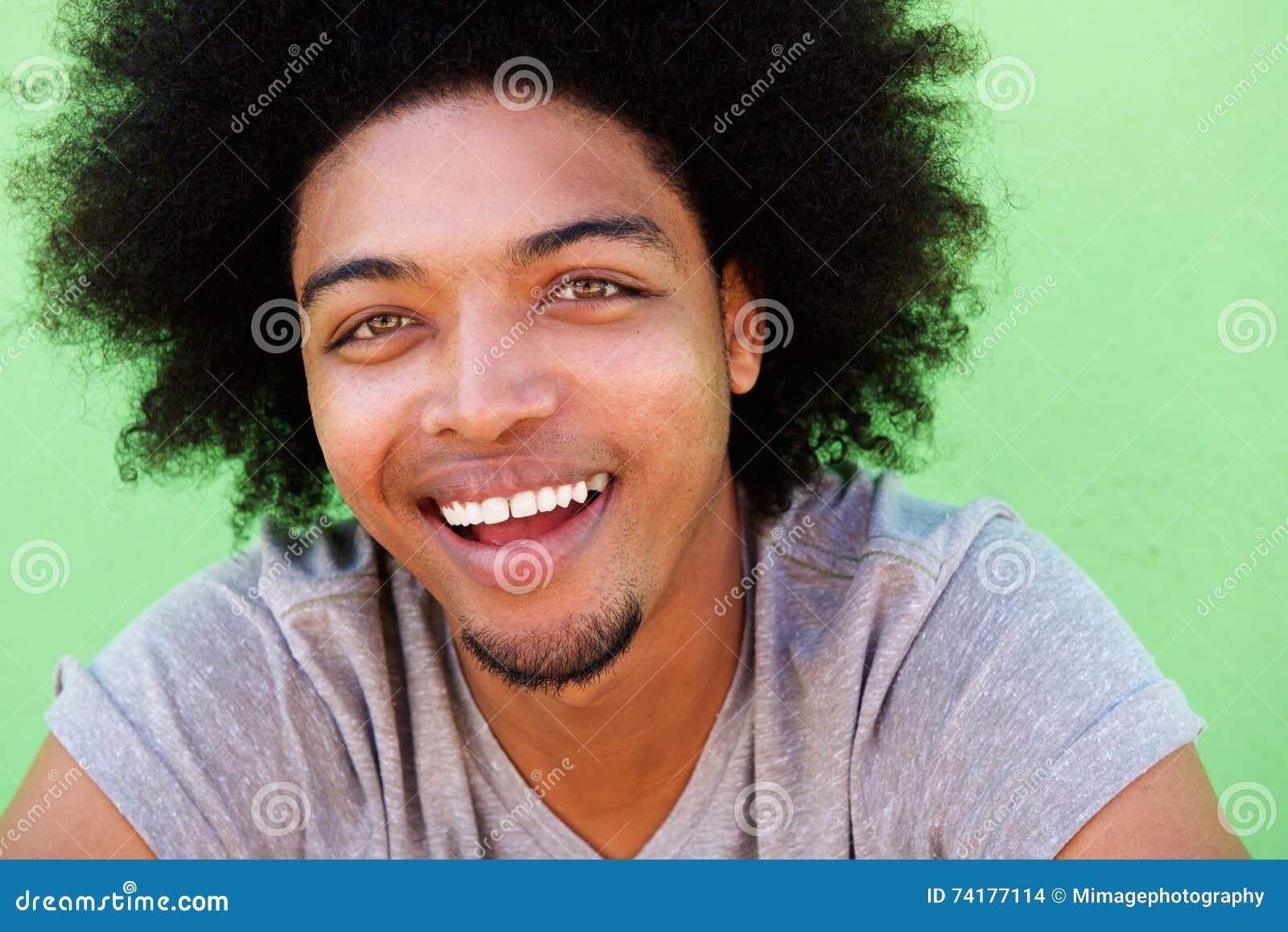 Indivíduo afro-americano novo com riso afro