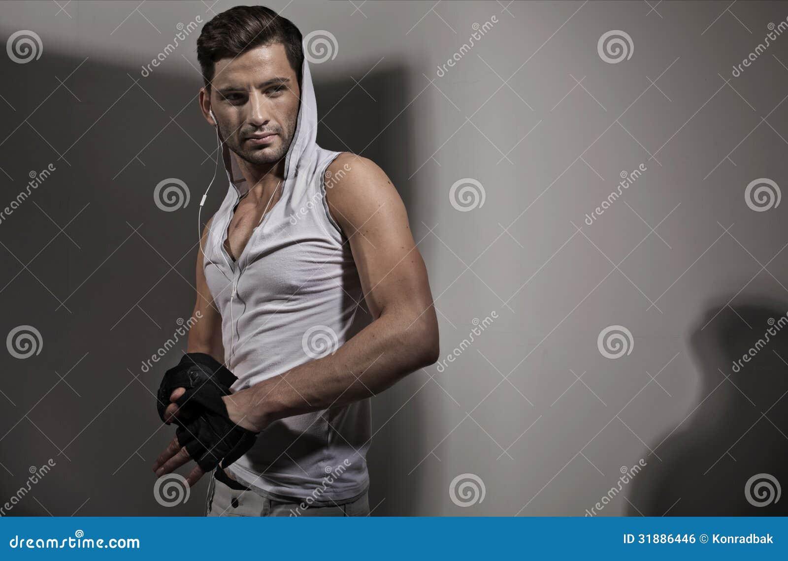 Indivíduo atlético considerável com olhar sério
