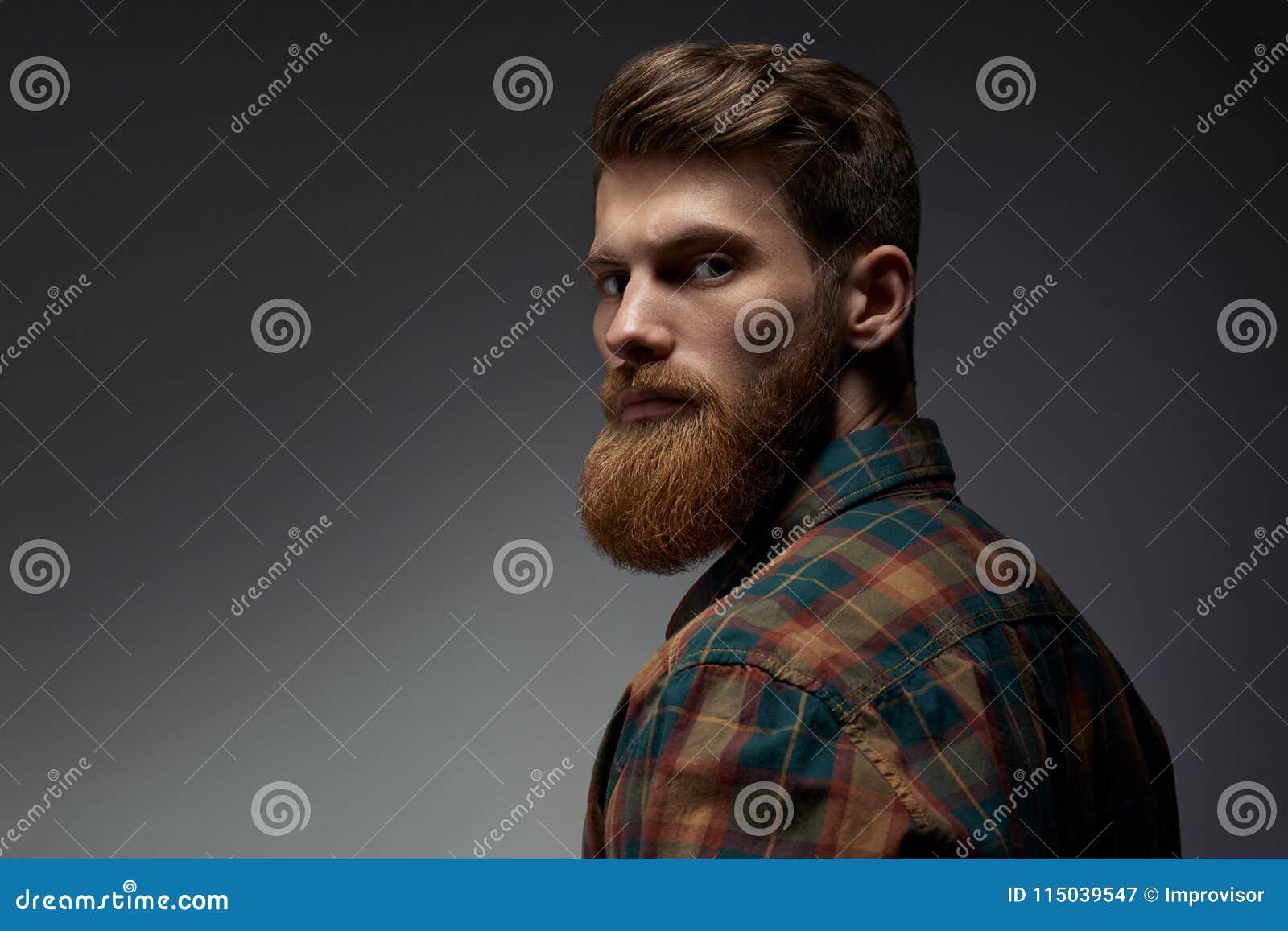 Indivíduo com uma barba vermelha em uma camisa de manta