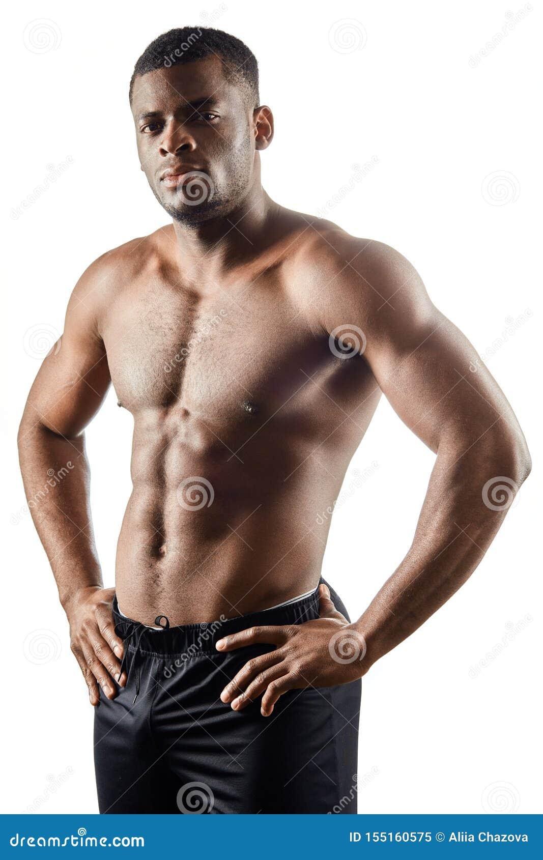 Indivíduo considerável afro-americano forte com mãos nos quadris que loking na câmera