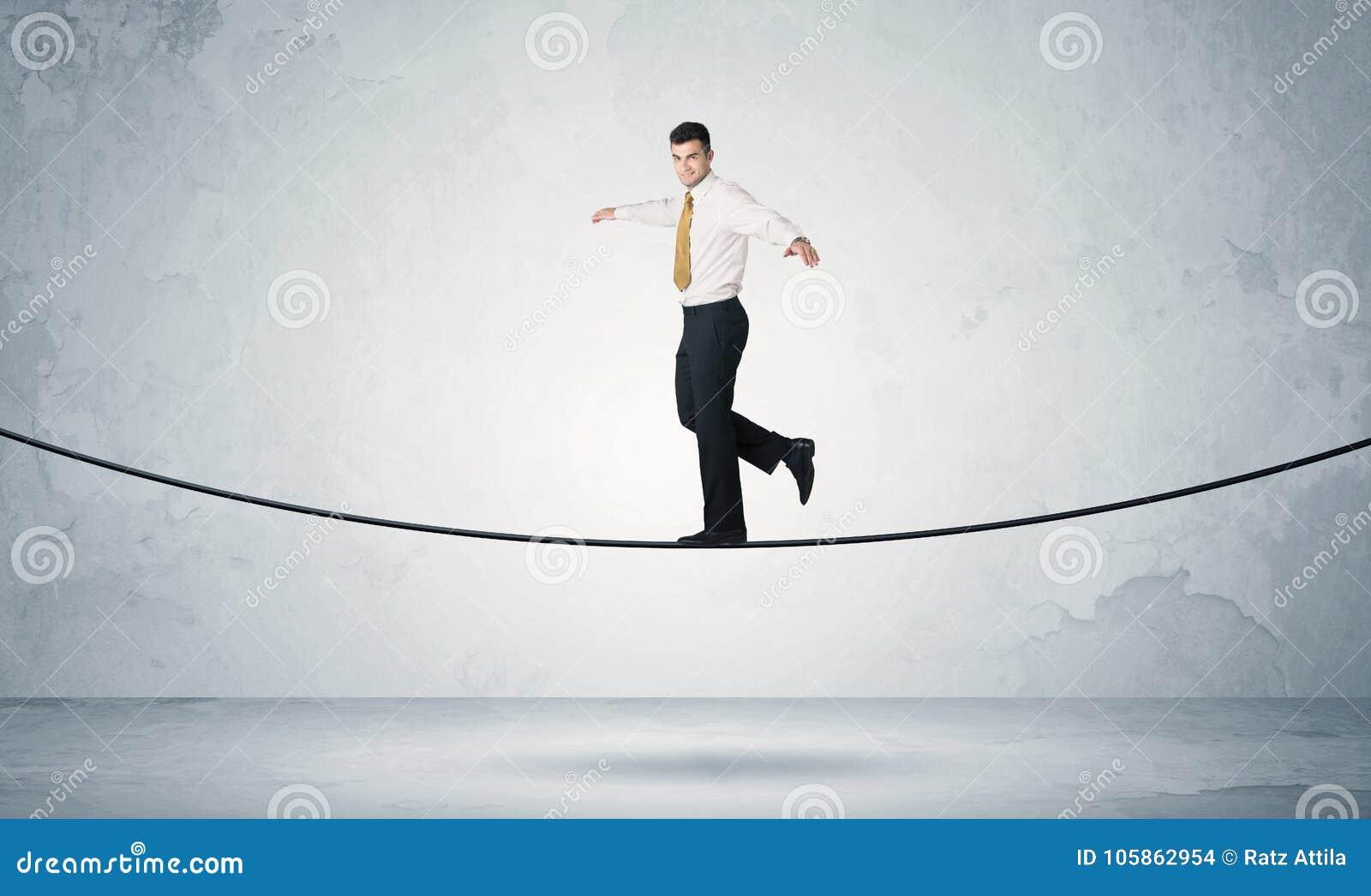 Indivíduo das vendas que equilibra na corda apertada