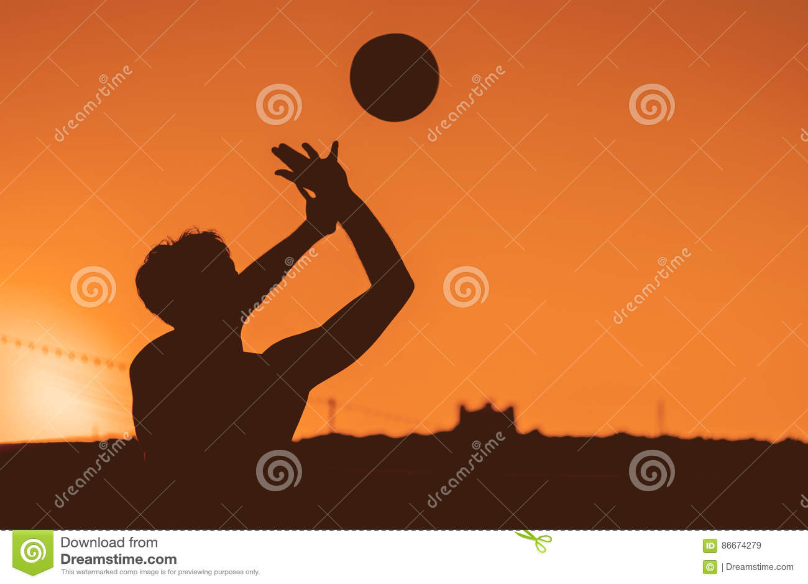 Indivíduo que bate o voleibol na imagem do estilo da sombra