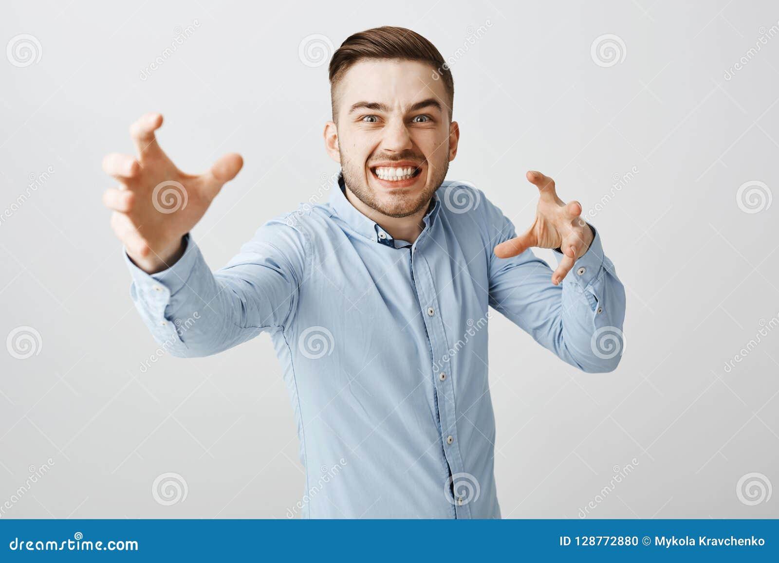 Indivíduo que finge querer do vampiro come o sangue Homem europeu à moda emotivo engraçado com a cerda com corte de cabelo à moda